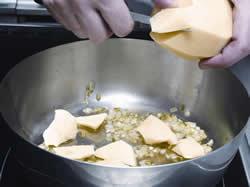 pelar y picar cebolletas y puerros