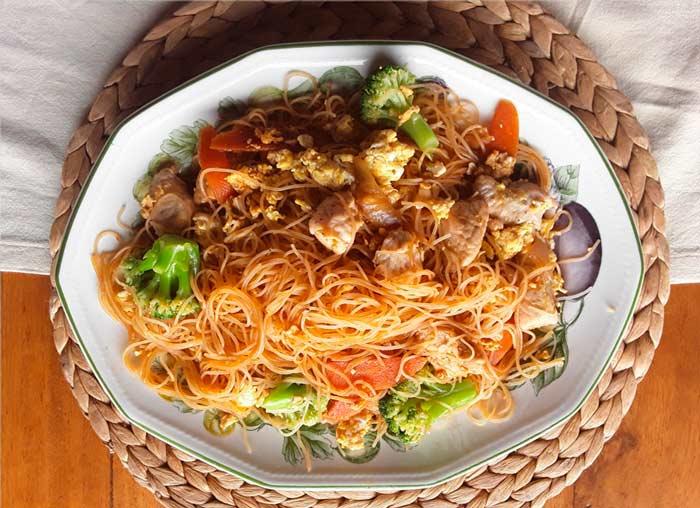 fideos-de-arroz-com-pavo-y-broocoli