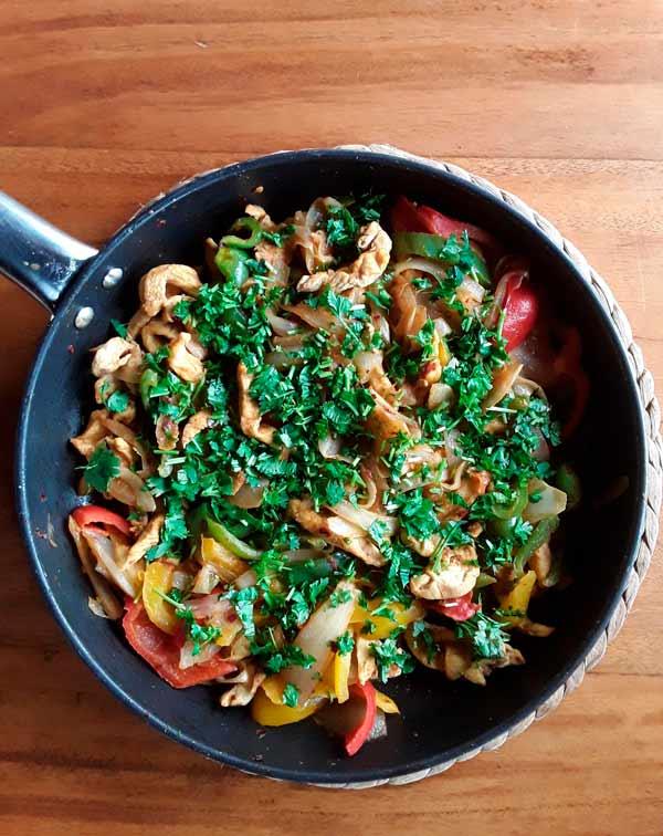 cómo preparar tiras de pollo con cebolla y pimientos