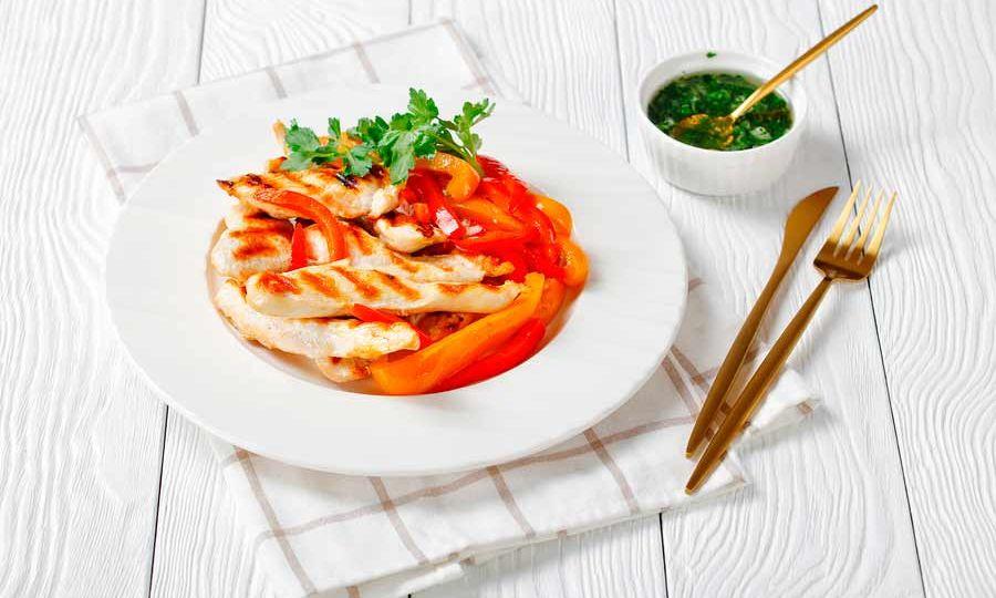 receta nutricionista tiras de pollo con cebolla y pimientos