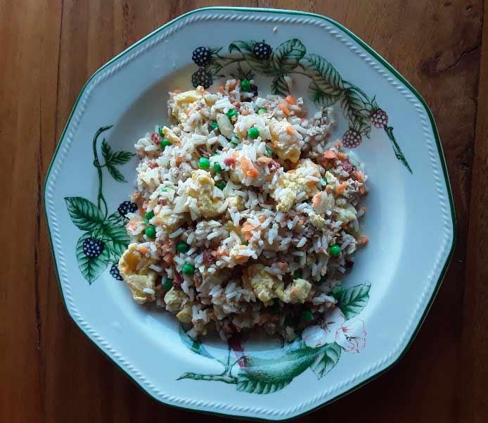 cómo preparar arroz frito con pollo y salchichas