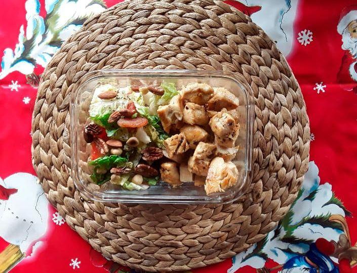 cómo preparar Pechugas de pollo con especias y ensalada de cogollos