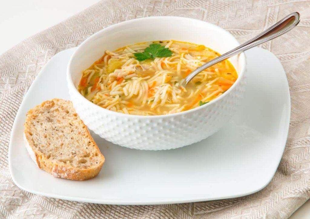sopa de pollo caliente para combatir el frío